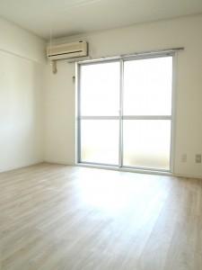 キッチンと同様、室内は白い空間。エアコンも完備されています。