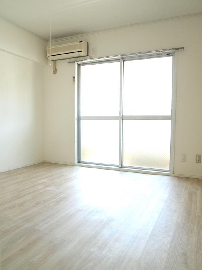 キッチンと同様、室内は白い空間。