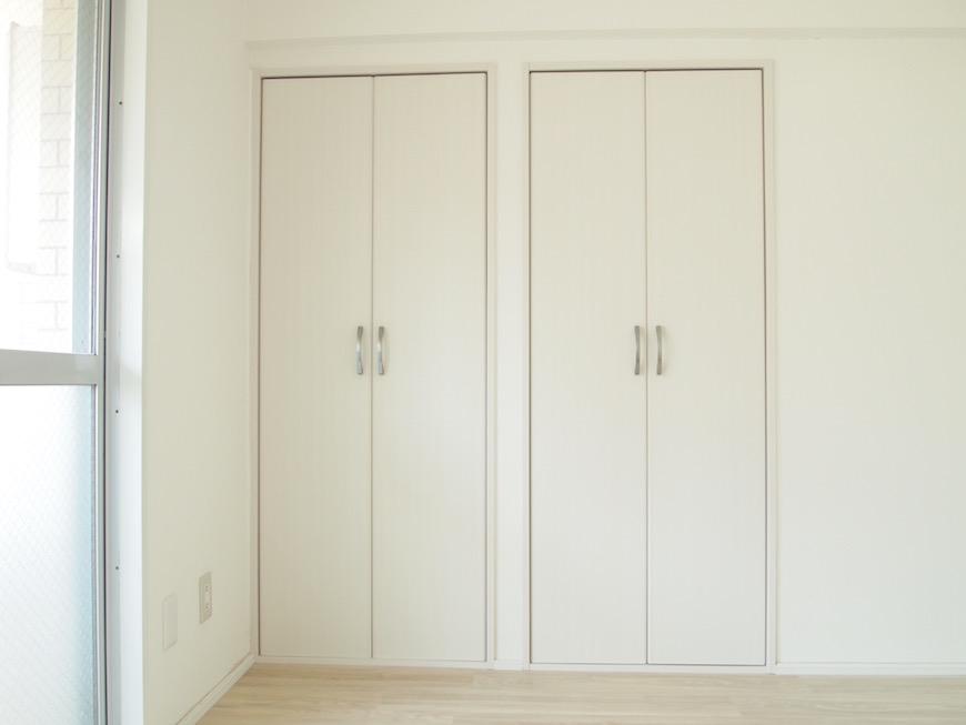 6帖の洋室にはシンプルなクローゼットがついています。