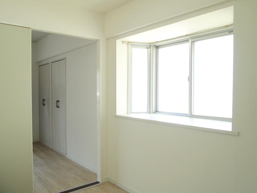 キッチンには出窓がついていて明るいお部屋です。