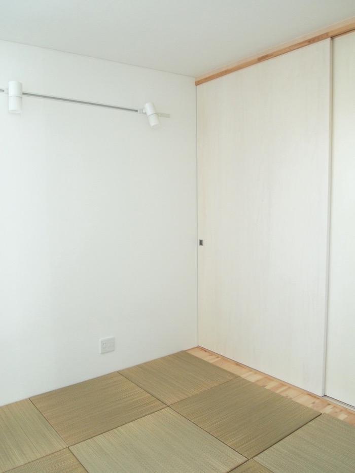 琉球畳が敷かれた和モダンな洋室。