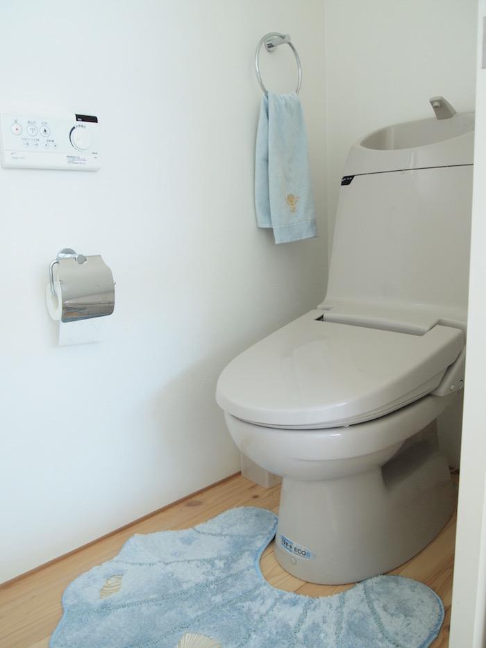 床の木のぬくもりが優しいトイレです。