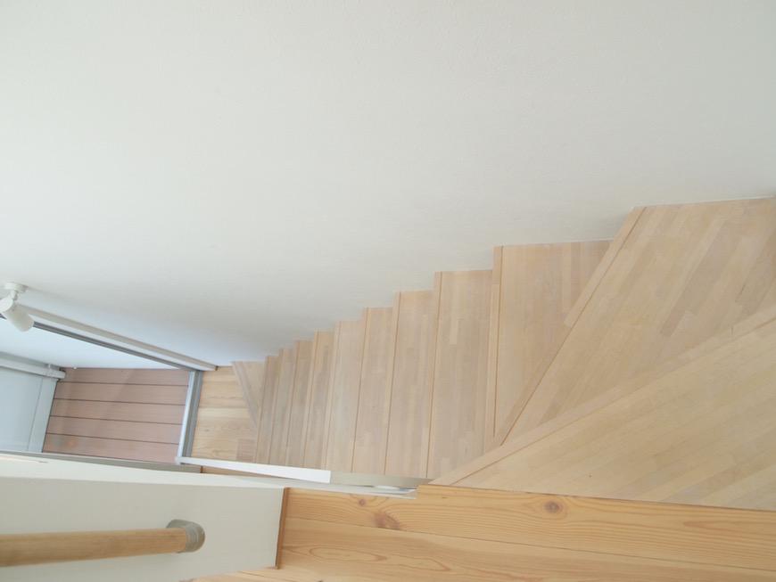 木の温もりが優しい階段。
