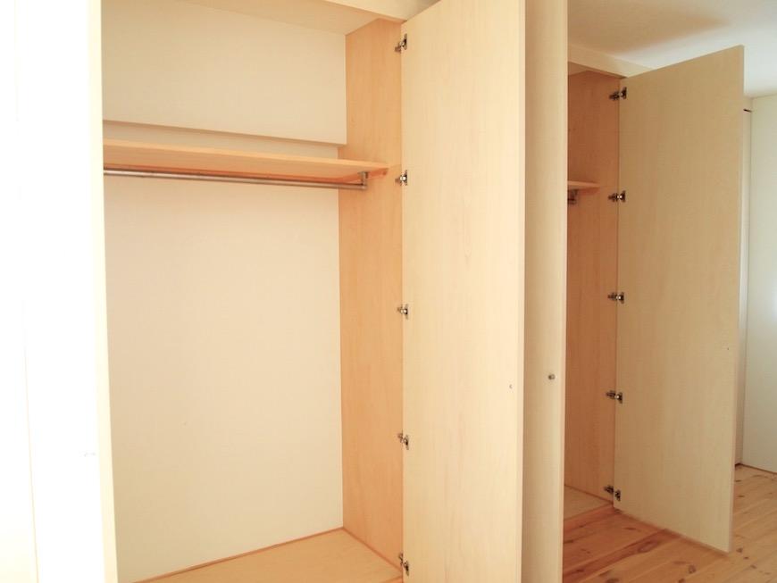 広い収納棚がついているので多い荷物も安心です。
