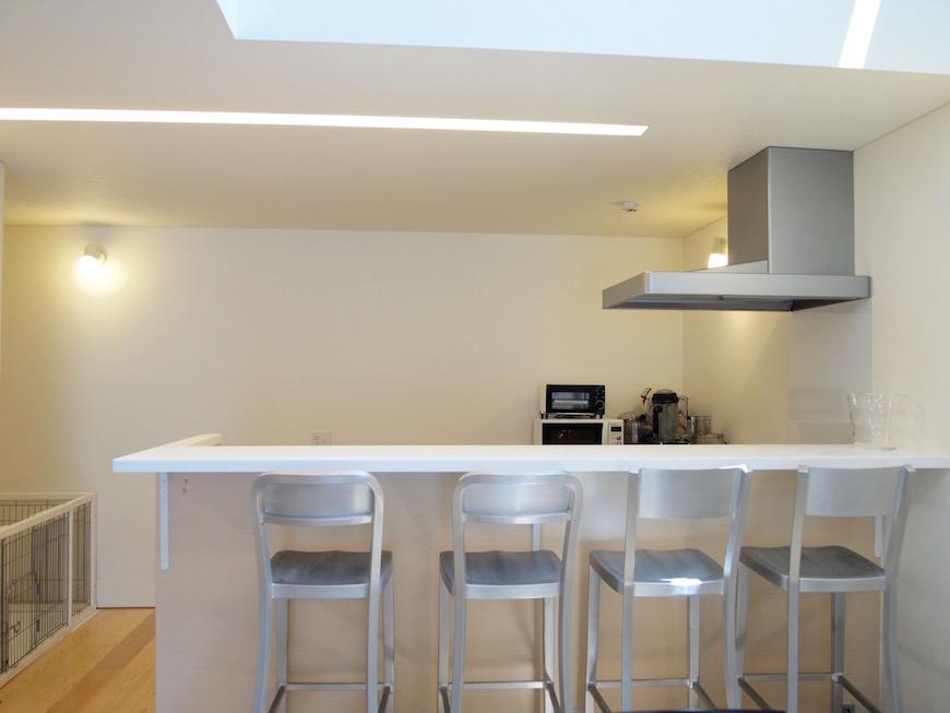 ホワイト・メタリックが基調の無機質なキッチン。