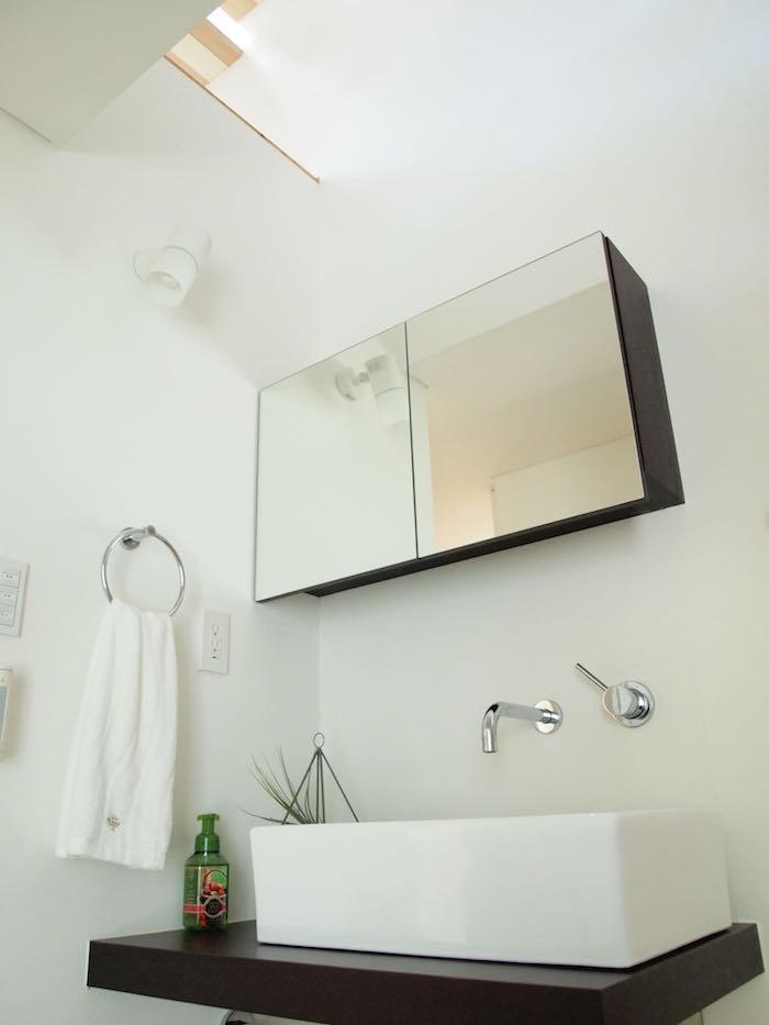 洗面の頭上からは吹き抜けの光が降り注ぎます。