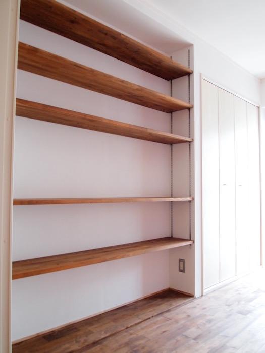 大きなこだわりの木製棚には、たくさんの物が置けます。
