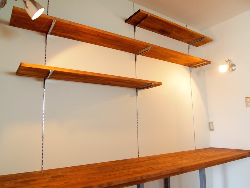 部屋の中には、木製のこだわりセンスの棚が至るところにあります。
