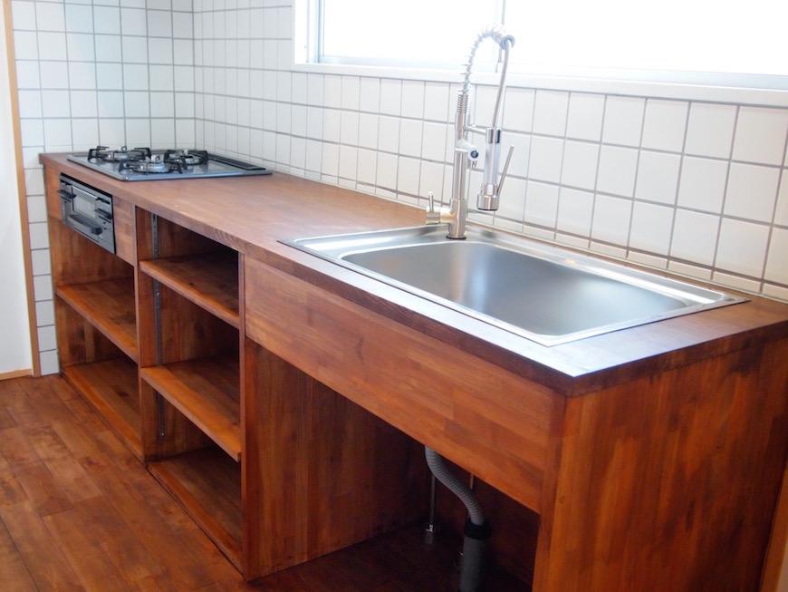 キッチンも珍しい木製。