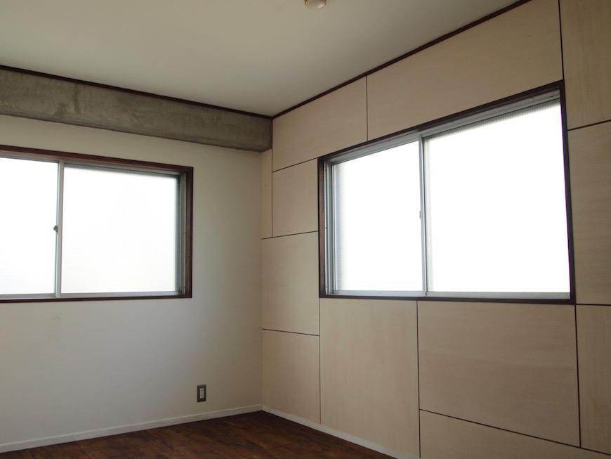 2つの窓がある6帖の洋室は、光が入りとても明るいです。