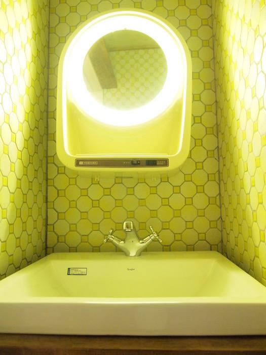 みどりに輝くカラフルな洗面は個性的です。