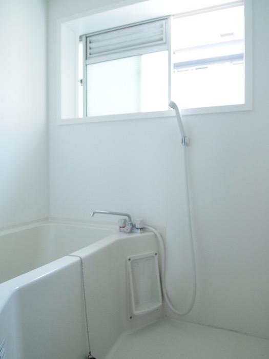 窓のあるバスルームでいつも換気ができます。