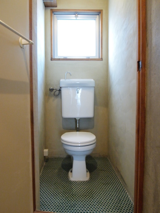 レトロな床面のトイレには窓がついていて、いつも明るいです。