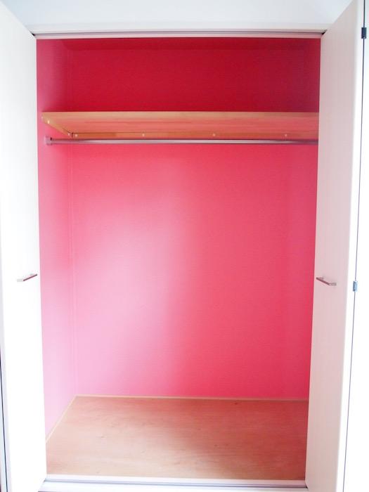 クローゼットの中は、他では見ない珍しい赤色になっています。