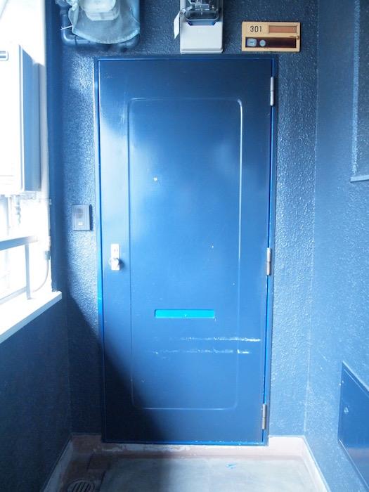 この玄関ドアを開けるとオーナー植村さんのDIYによって作られた空間が…
