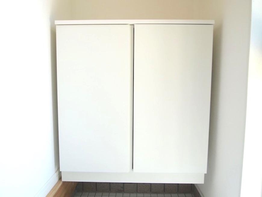 玄関には真っ白なシューズボックス。