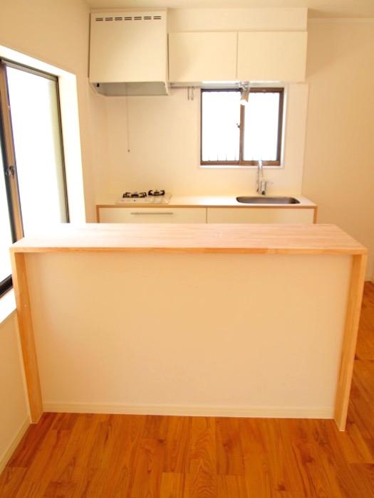 キッチンの後ろには木目カウンターがあるので、楽々料理ができます。