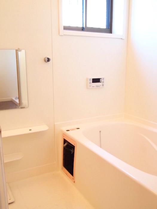 シンプルできれいなバスルームには窓もついています。