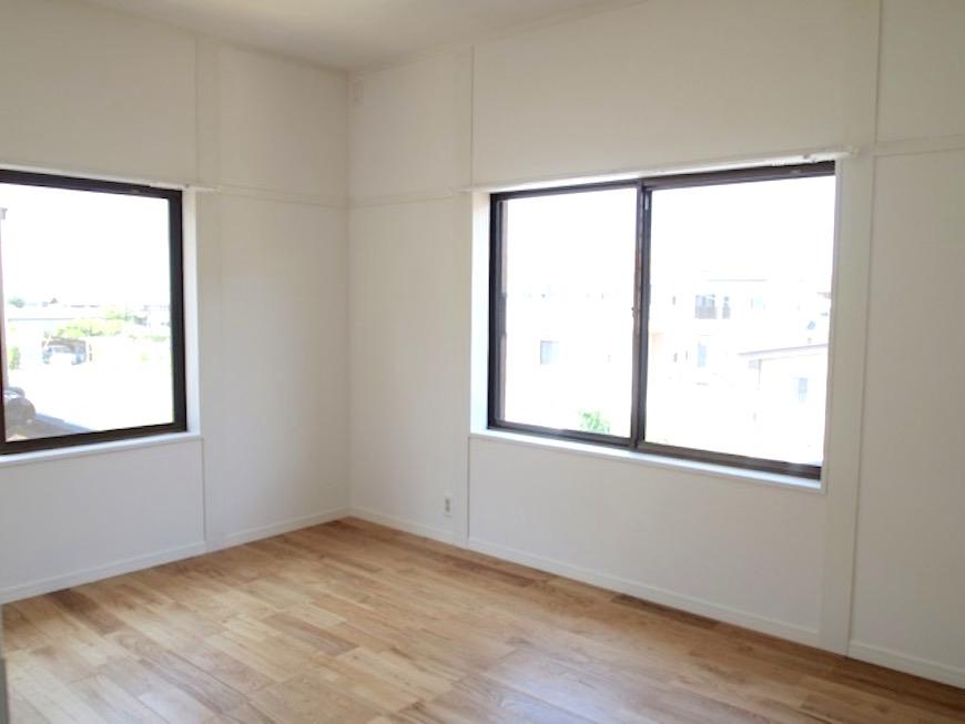 2階には二面窓の広くて明るい6帖の洋室。