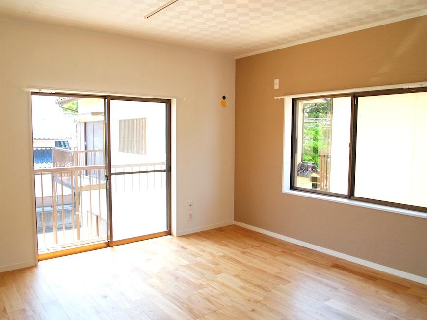 隣は8帖洋室。こちらも明るく広いお部屋。