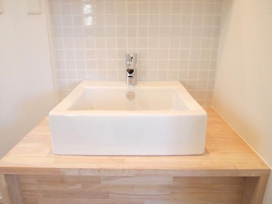 木目の洗面台には個性的でかわいい洗面台がついています。