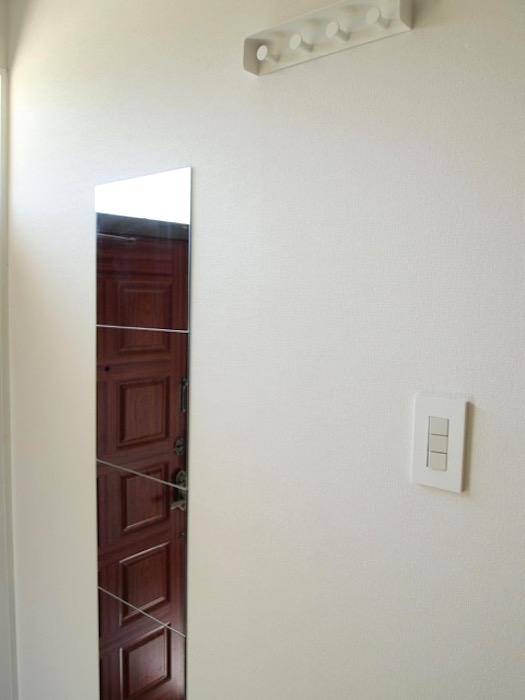 玄関にある鏡で、お出かけ前には身だしなみのチェック。