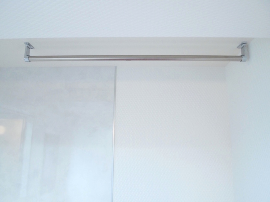 洗面台の右手に使いやすい高さのバー。
