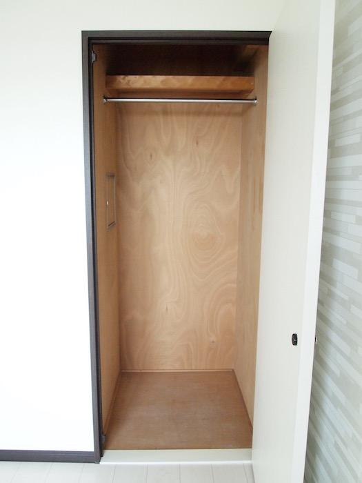 洋室にある収納棚、棚も手摺もついているので使い勝手がよさそう。