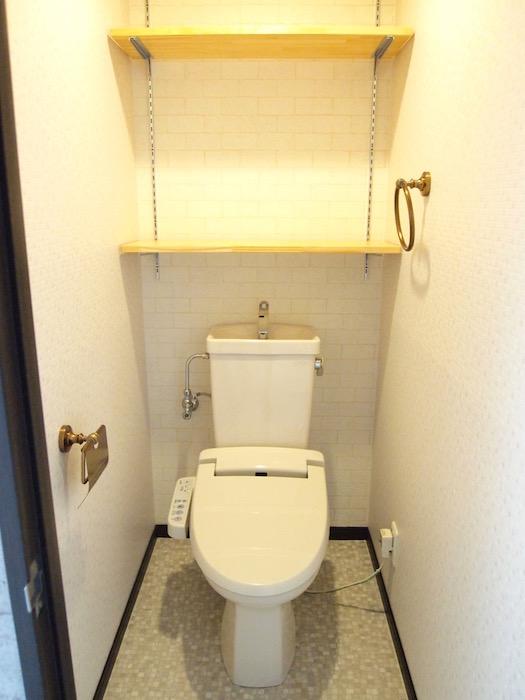 トイレにも棚が2段ついていて、使いやすそうです。