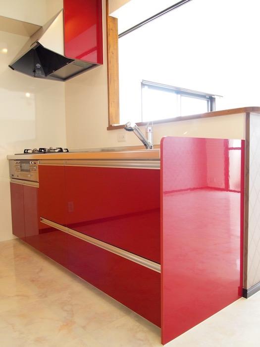 赤のビビットが目を惹くキッチン。