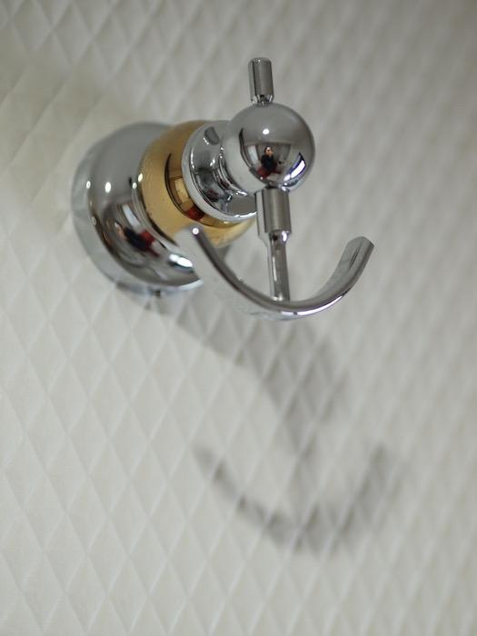 キラリと輝く錠のようなフック。タオル掛けにピッタリです。