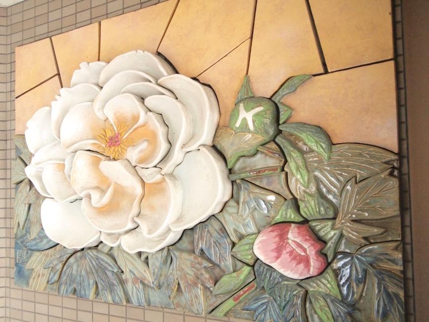 一階入り口にはお花の飾り。古き良き昭和の匂い。