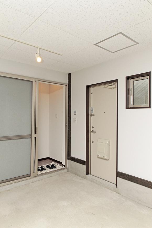 向かって左側の扉はガレージ⇔居住スペースのドア、右側の扉はガレージ⇔外のドア_MG_6738
