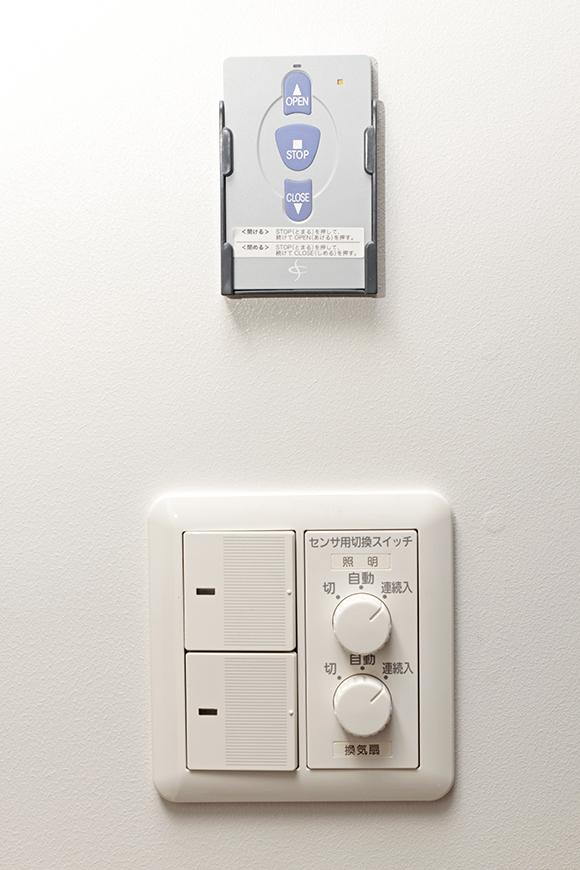 ドア付近の壁には、ガレージの電動シャッター用のリモコンと、照明などのコントロールパネル_MG_6744