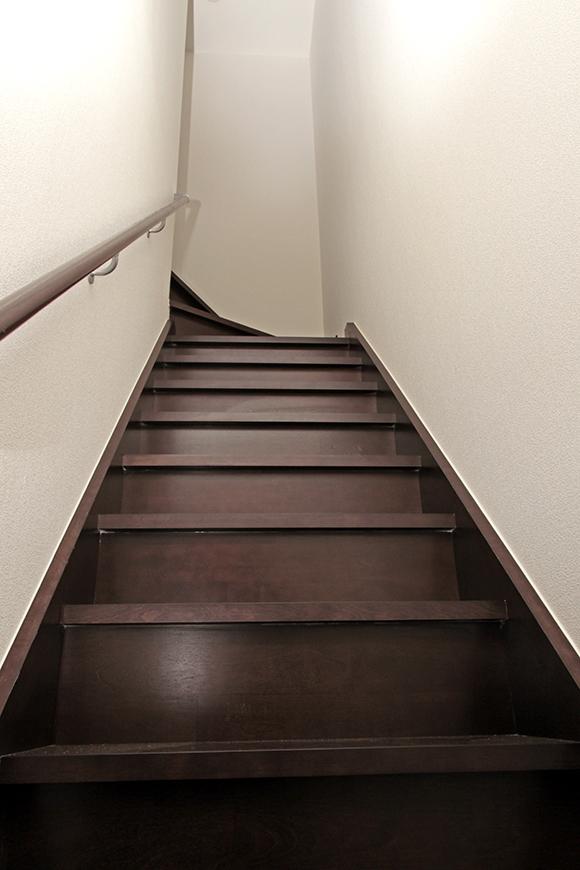 入口から二階の部屋へと続くブラウンの階段です。
