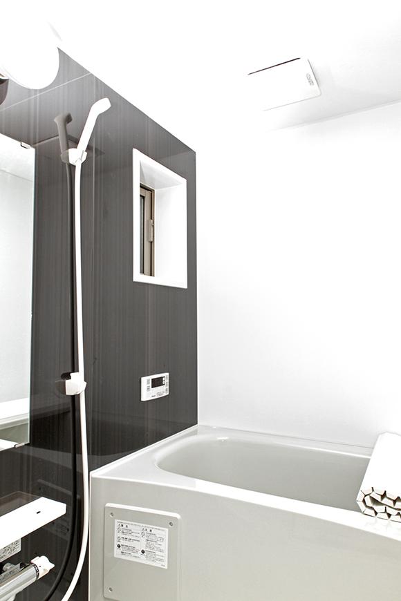 清潔感のあるバスルームには小窓がついているので、いつでも換気出来ます。