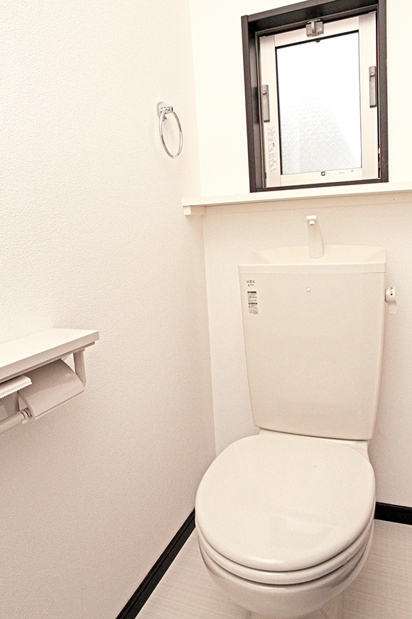白で洗練された清潔感のあるトイレには窓も付いています。