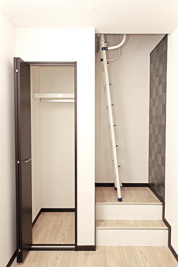 リビングの隣のお部屋には梯子がついています。