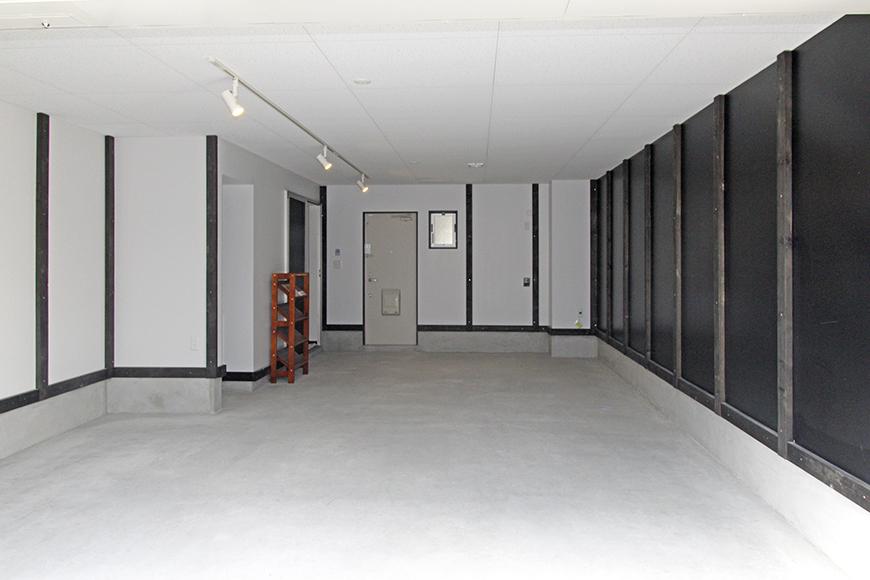 左右に大きな白と黒の壁を持つ広々ガレージ_MG_8951