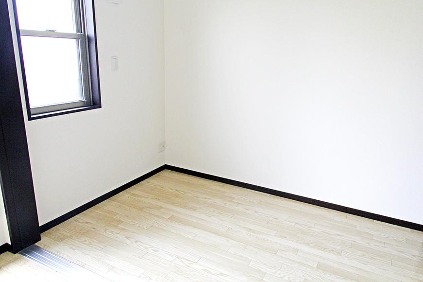 隣の3.8帖の洋室にも窓がついていて、外からの光が明るいです。