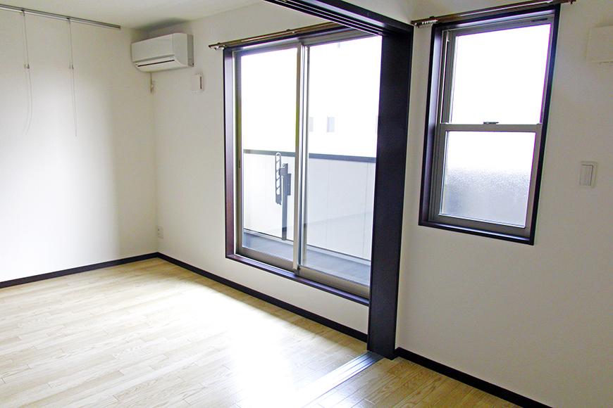ベランダにつながる大きな窓がついている開放的な空間。