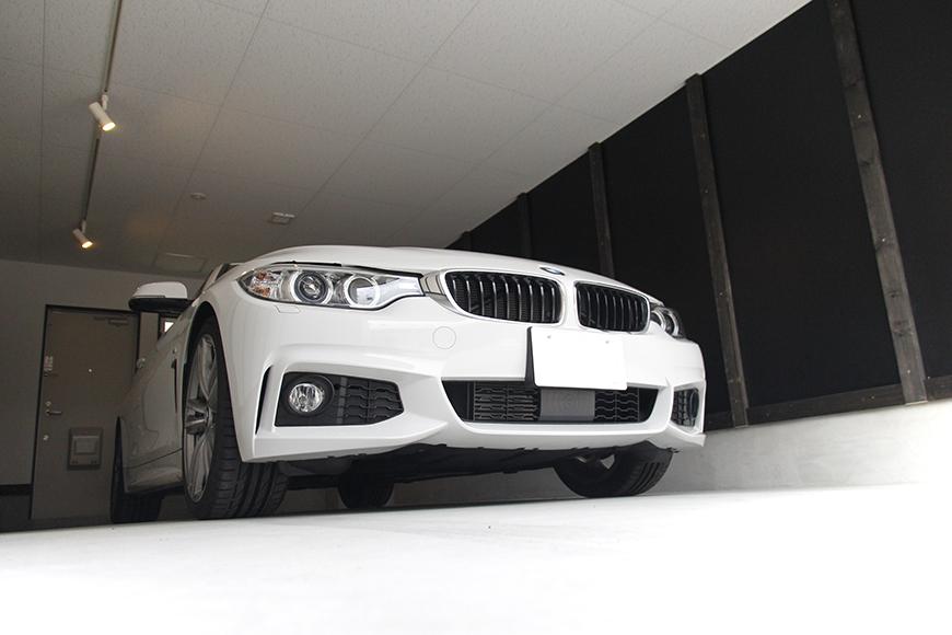 木のぬくもりも感じる白と黒で統一された、素敵なガレージです。