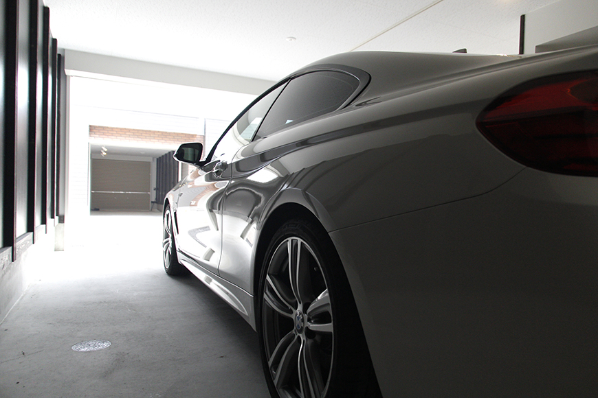 ガレージに愛車を停めたイメージ写真。走り出す寸前のイメージ_MG_9041