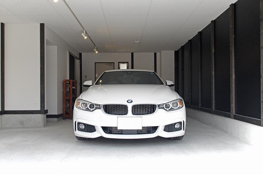 車を置いてもこの広さ!ガレージの広さが伝わってきます。