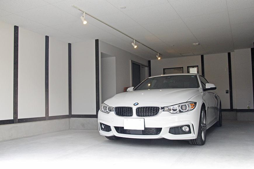 ガレージに愛車を停めたイメージ写真。一台停めても広々スペース_MG_9083