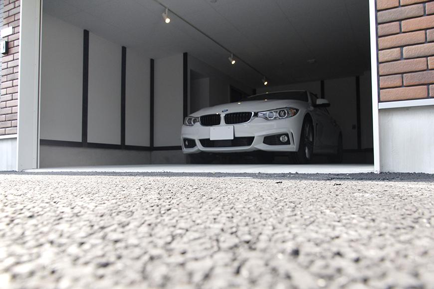 ガレージから車を出す寸前のイメージです_MG_9155
