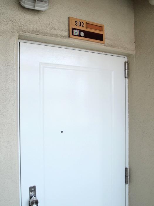 三階。白くクリーンなドア。