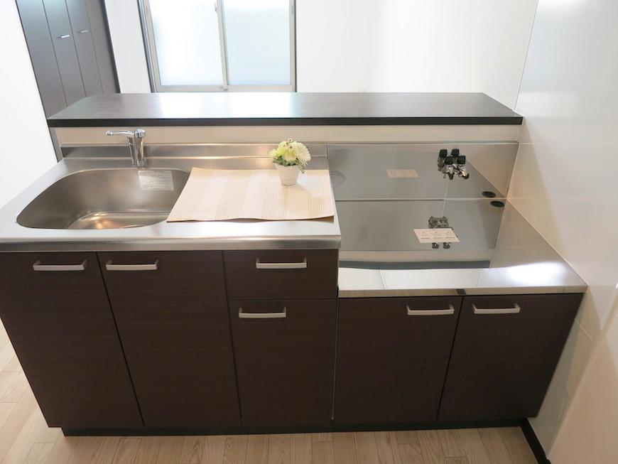 清潔感のある一体となったキッチンは使い勝手も良さそう。