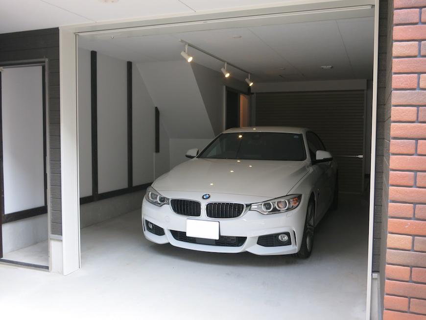 駐車場は広々とした空間に愛車が引き立ちます。