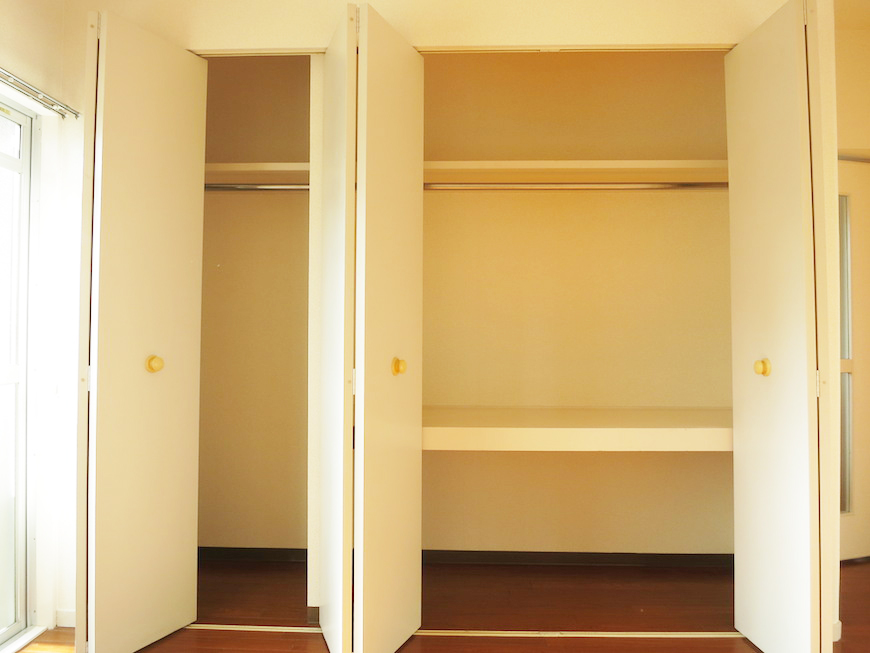 洋室の壁面収納はたっぷりサイズ_IMG_3311_rth